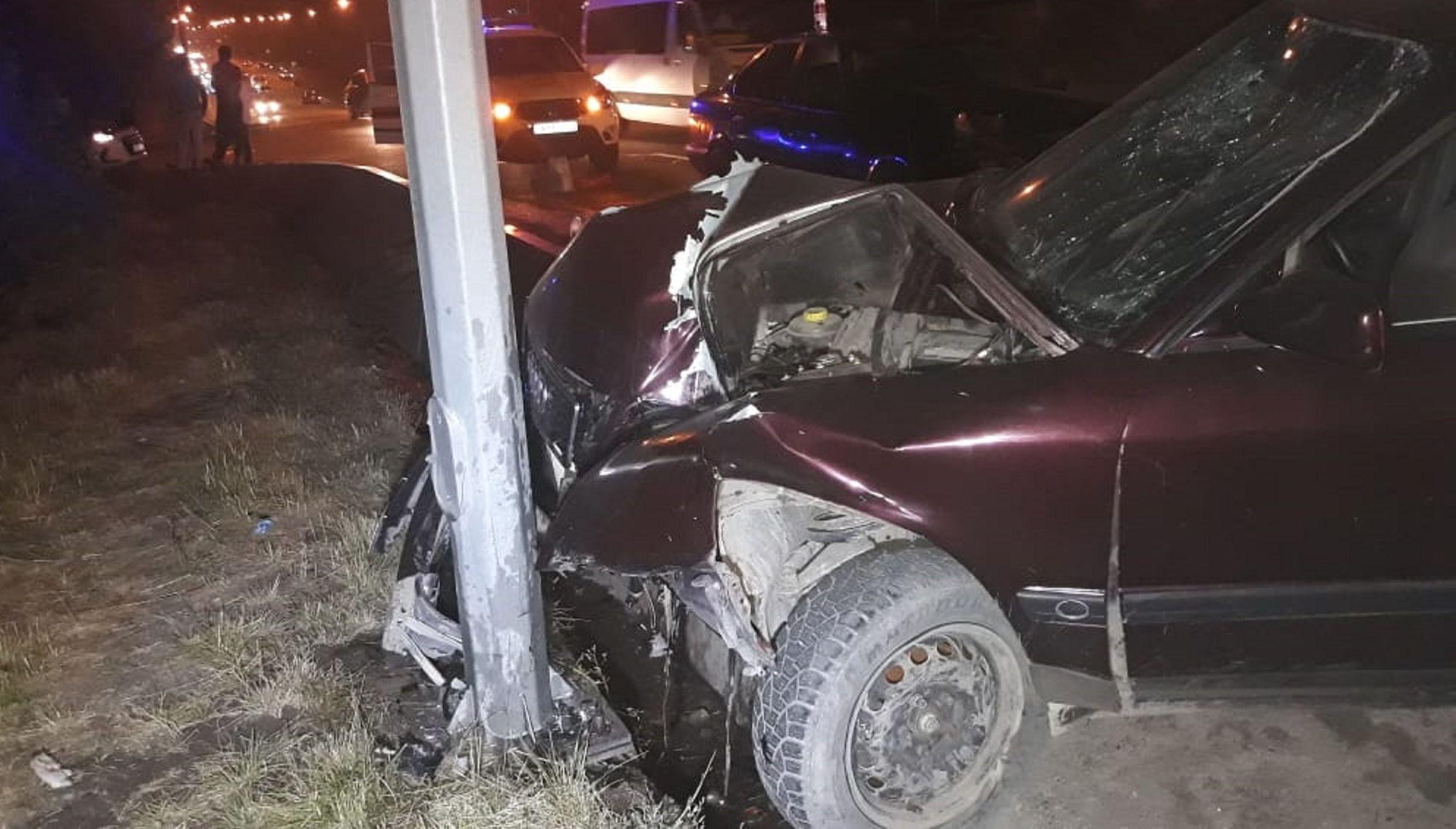Автомобиль Audi  перепрыгнул арык и врезался в столб на улице Байсеитовой