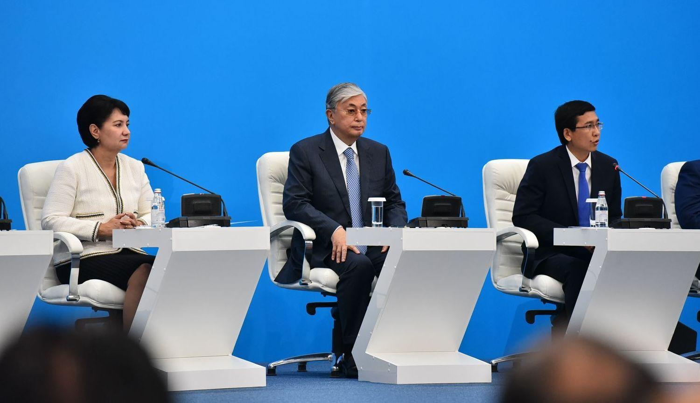 Заместитель премьер-министра Гульшара Абдыкаликова, президент Казахстана Касым-Жомарт Токаев, министр образования Аскар Аймагамбетов
