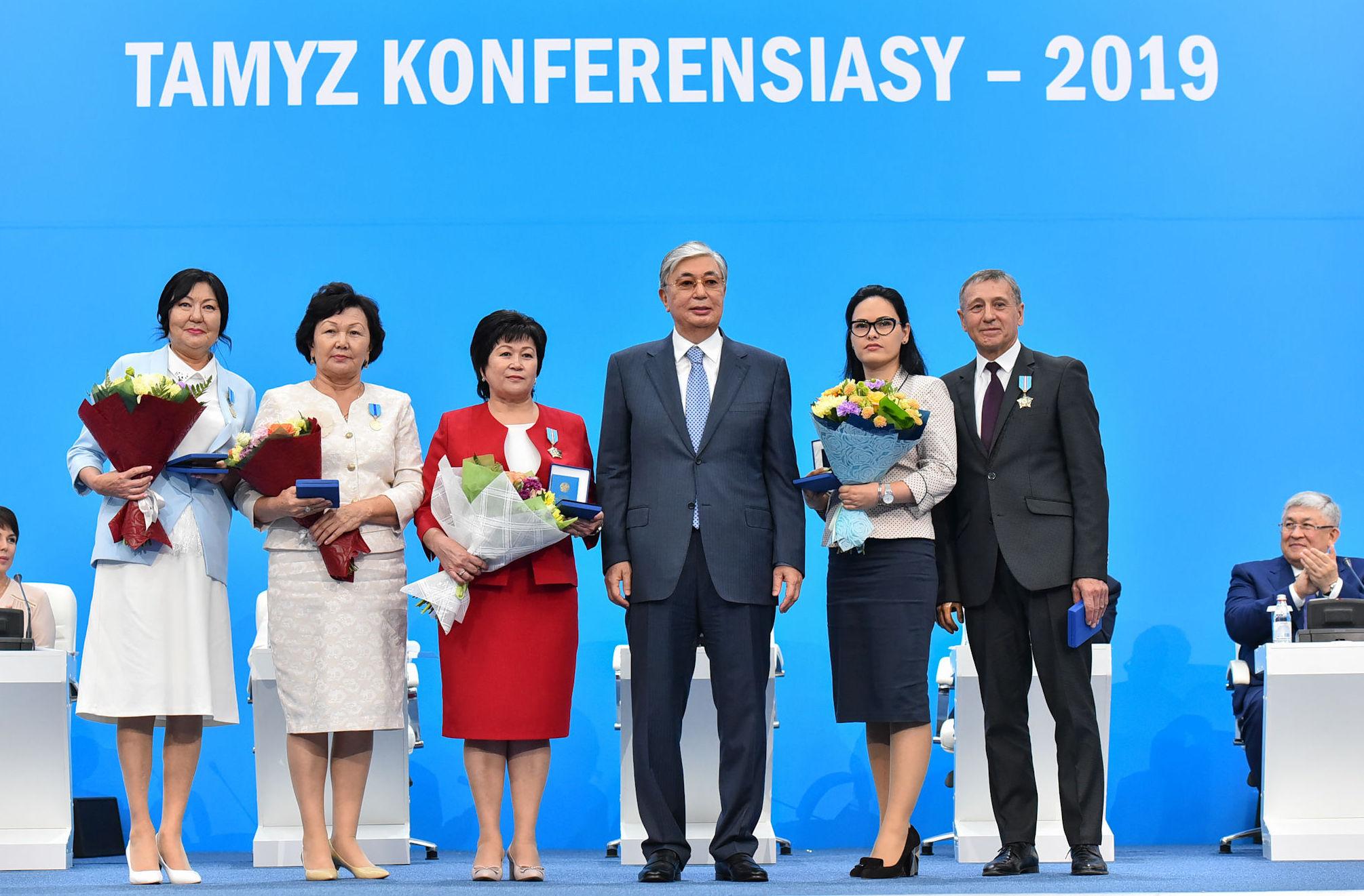 Президент Казахстана Касым-Жомарт Токаев с награжденными педагогами на августовской конференции