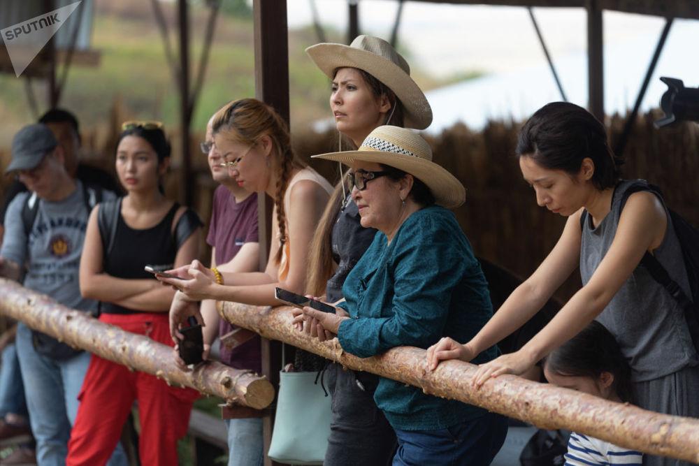 Гости этноцентра наблюдали за происходящим развернувшимся сражением, не скрывая любопытства
