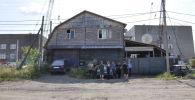 Бывшие владельцы дома, идущего под снос, несколько дней держат оборону
