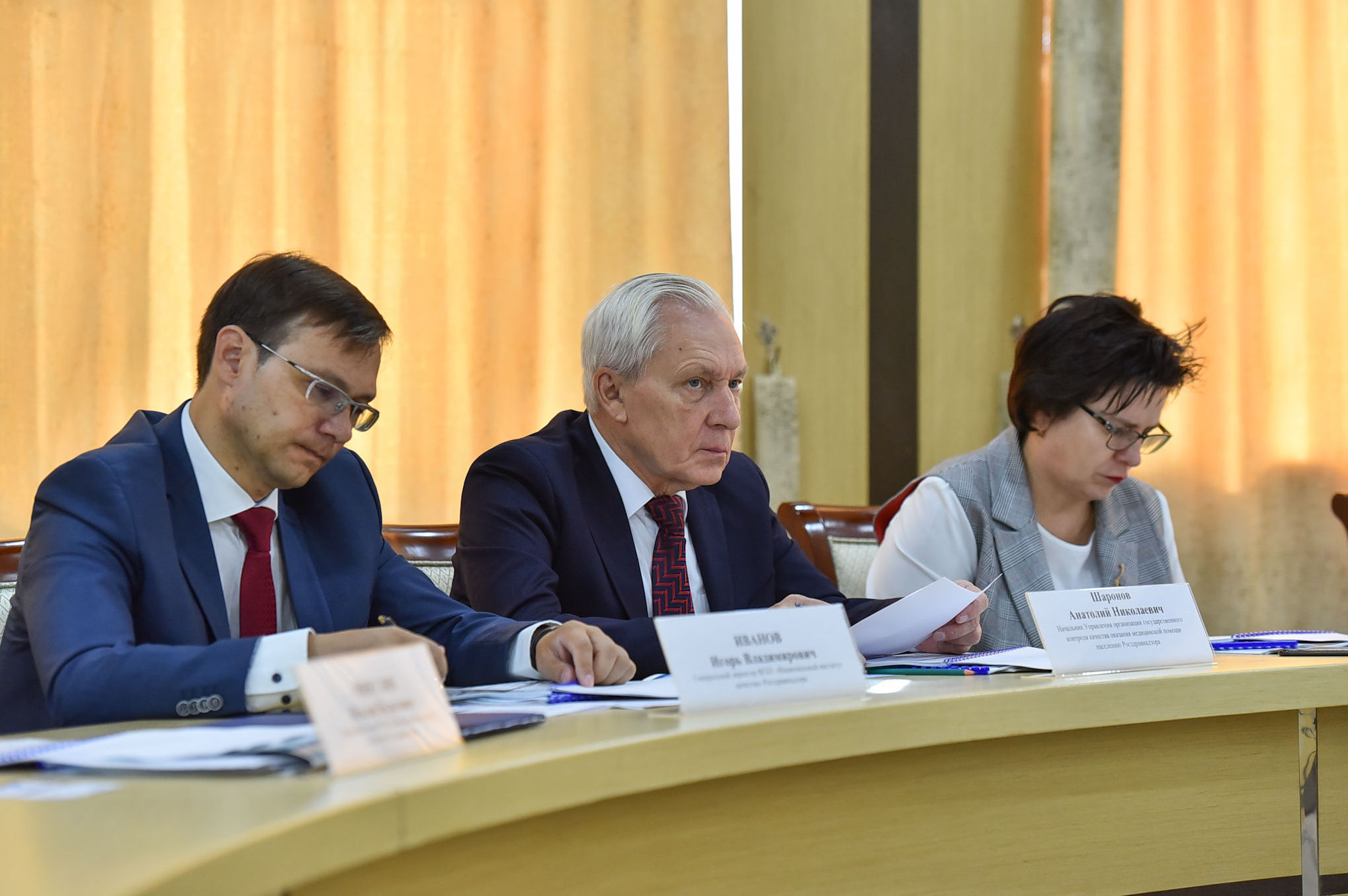 Директор национального института качества федеральной службы по надзору в сфере здравоохранения Игорь Иванов ( в центре)