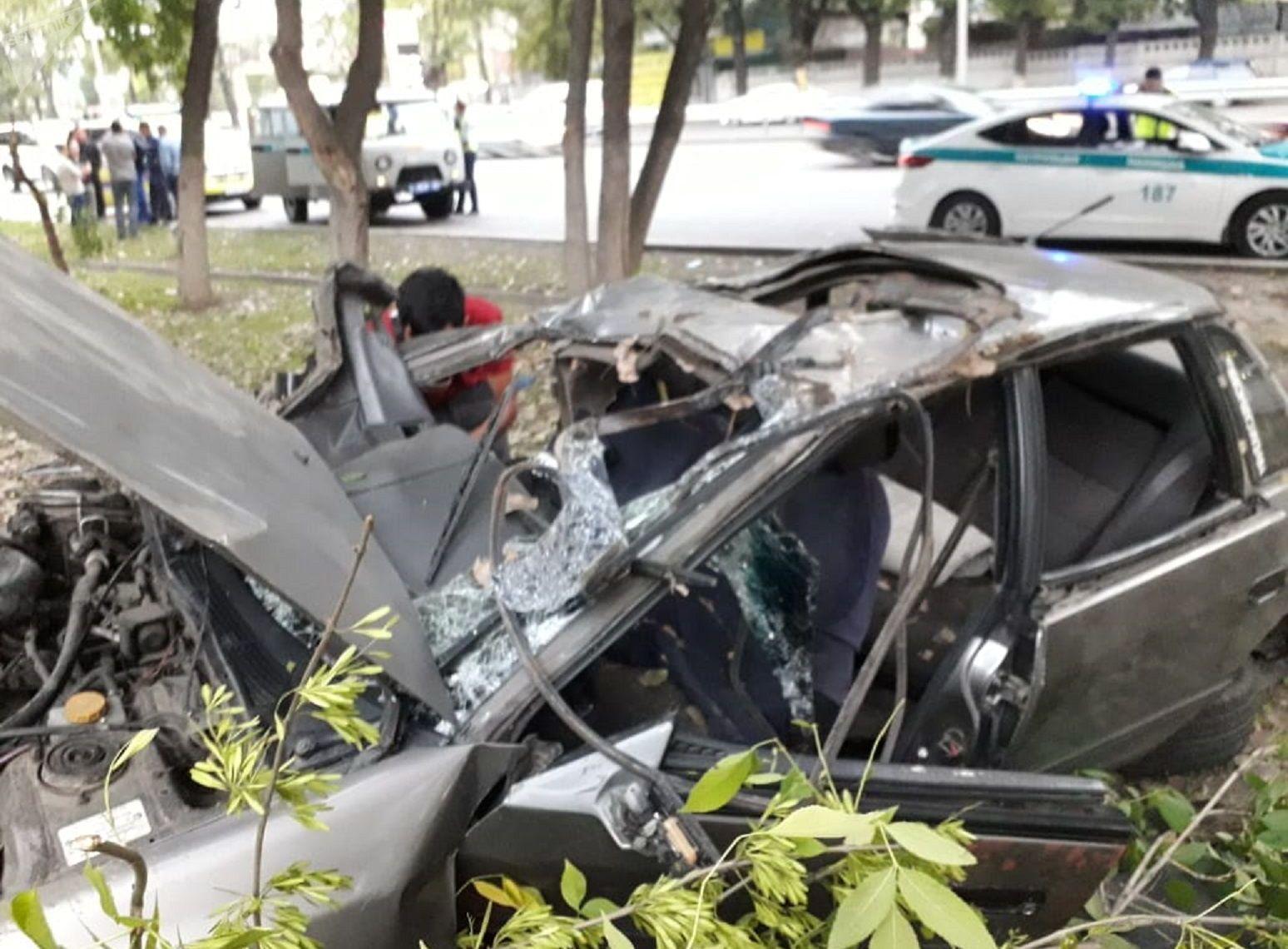Машина залетела на бордюр и несколько раз перевернулась