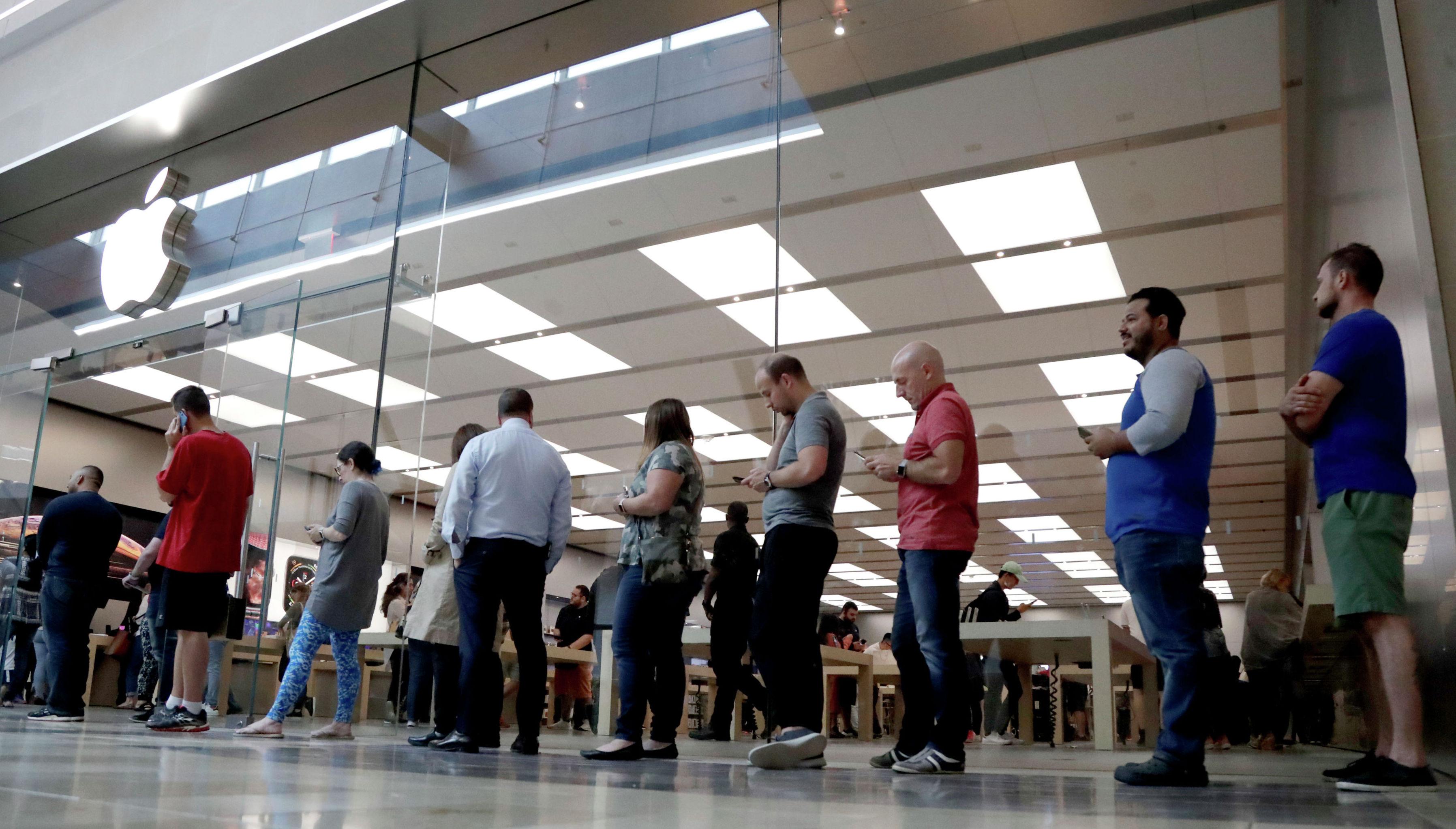 Покупатели ждут своей очереди за пределами Apple Store на Garden State Plaza в день выхода нового iPhone XS и iPhone XS Max, 2018