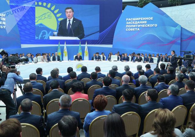 Премьер-министр Аскар Мамин на заседании политсовета Нур Отан