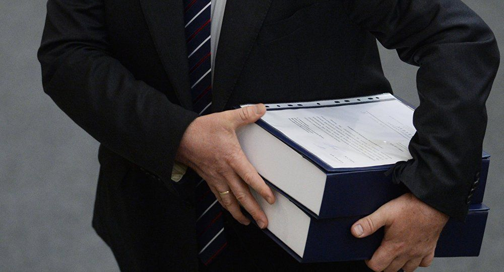 Папка ұстаған ер адам, архивтегі сурет