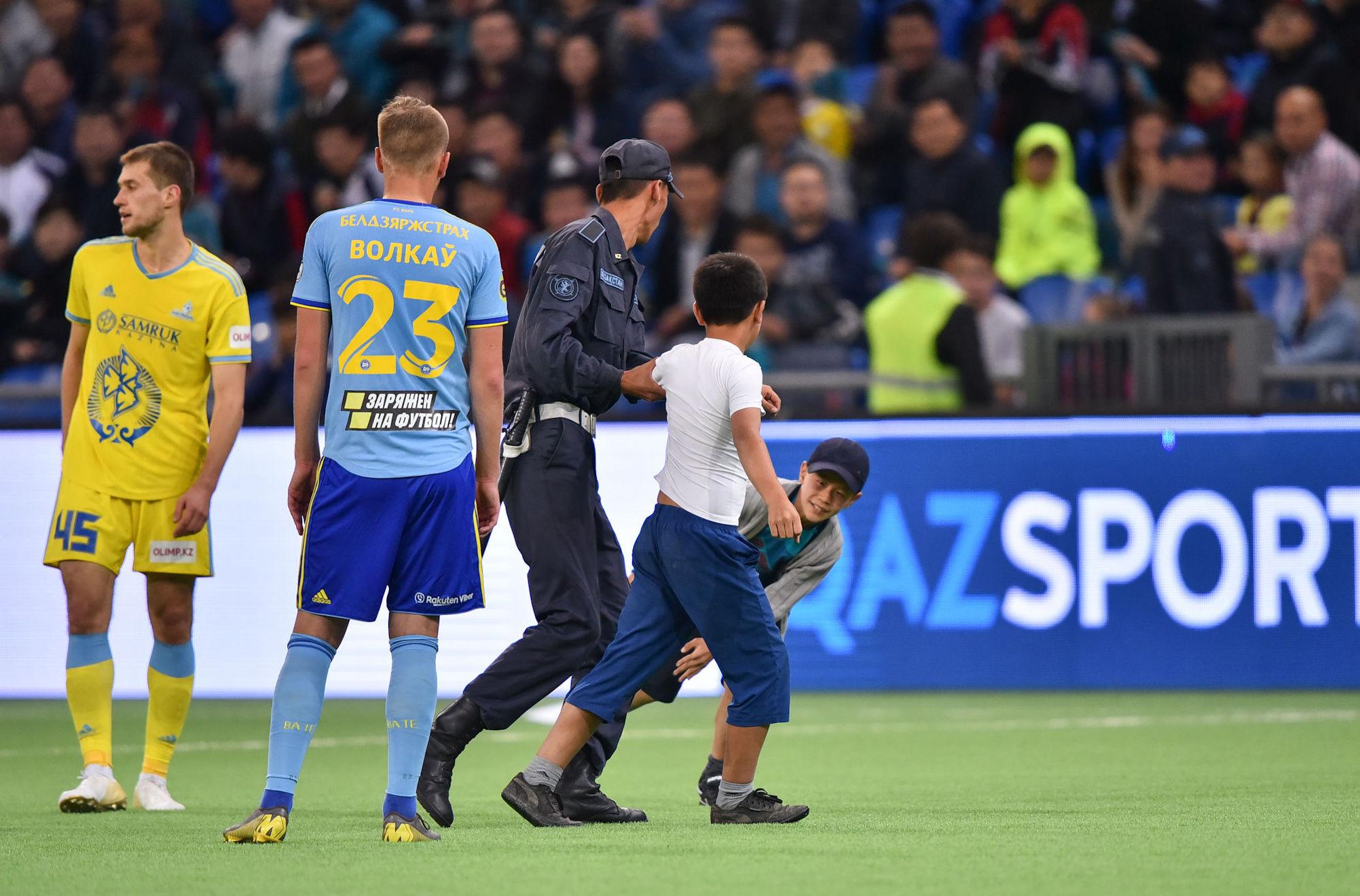 Два маленьких футбольных болельщика, засветившихся на поле – в эмоциях они выбежали на арену