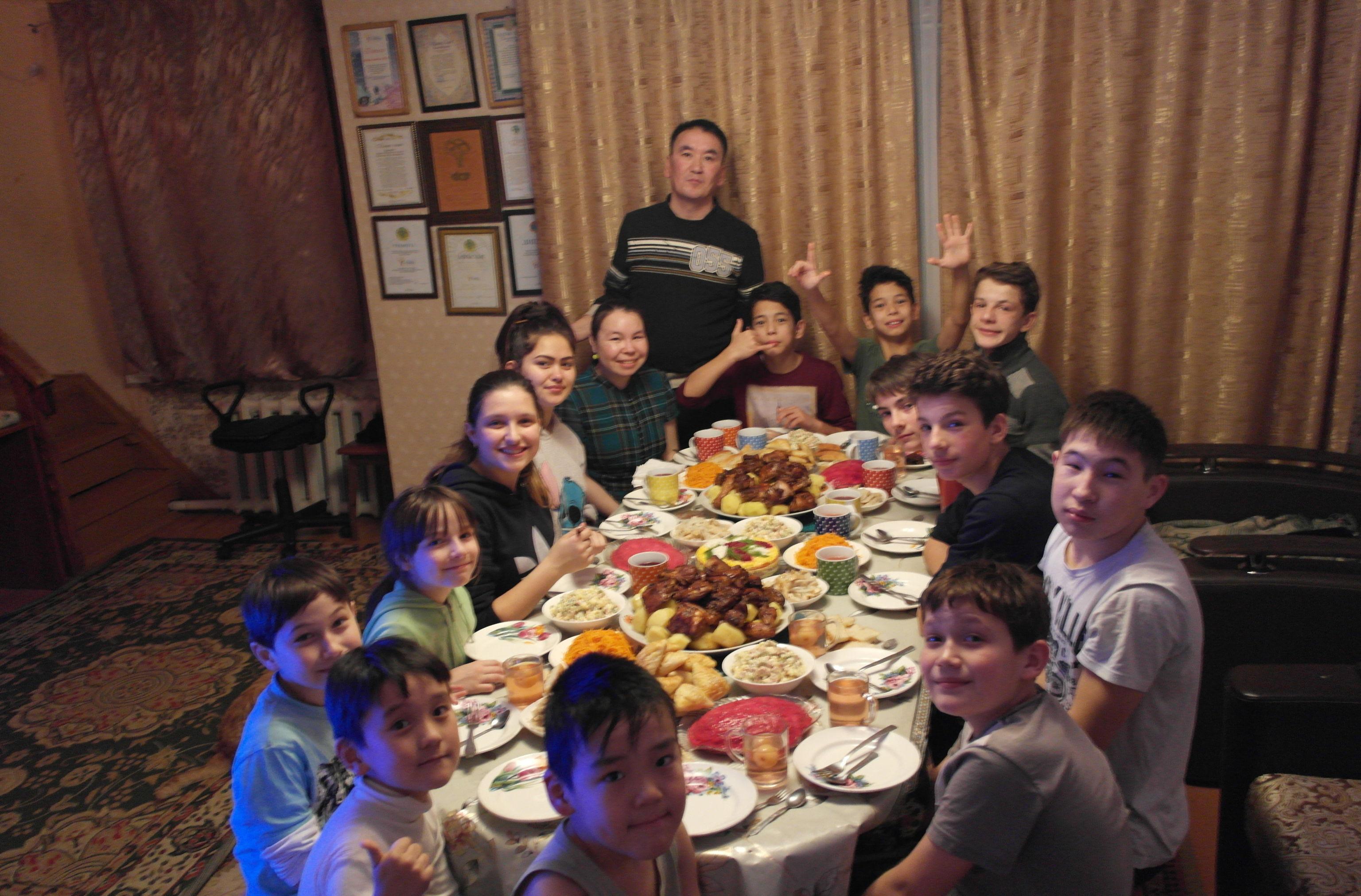 В доме есть традиция проводить семейные советы, перед новым учебным годом совет будет посвящен знаниям, где также будут говорить о нравственности, о целях, о будущем