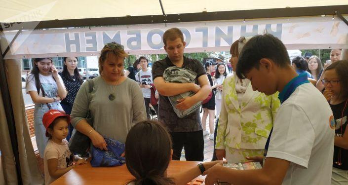 Посетители фестиваля Kitap Fest Nur-Sultan активно обмениваются книгами