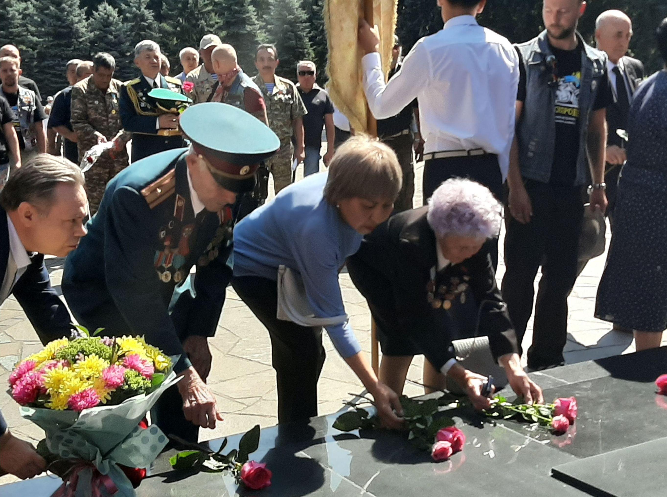 Возложение цветов участниками мотопробега Черные ножки к Вечному огню в Парке 28 гвардейцев-панфиловцев в Алматы