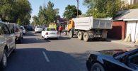 Работник коммунальных служб пострадал во время ДТП на пересечении Тлендиева - Шакарима