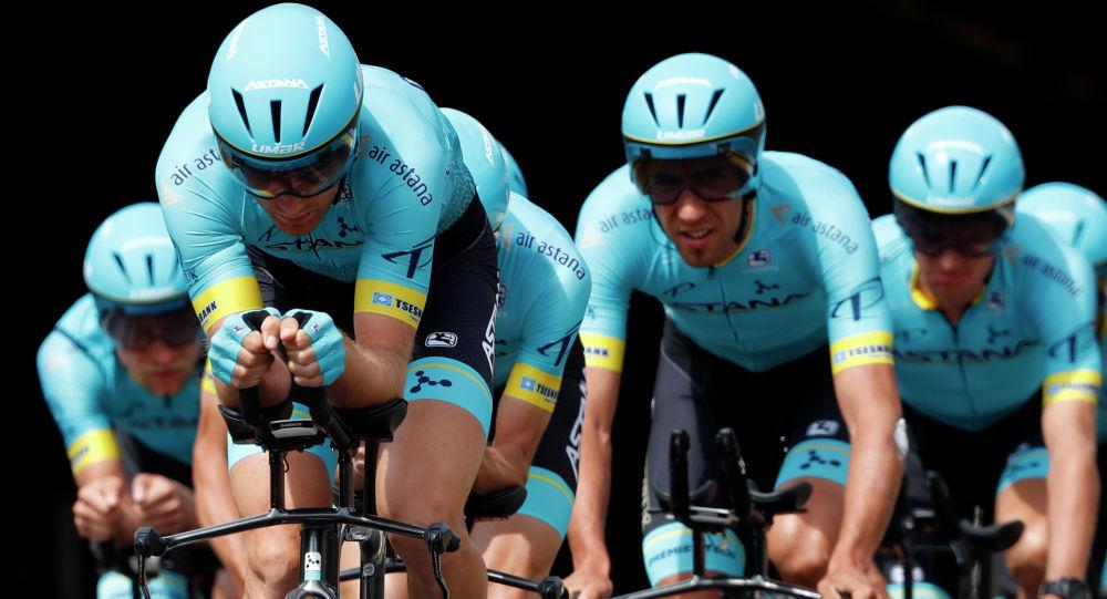 Команда Astana Pro тренируется перед вторым этапом велогонки Тур де Франс в Брюсселе, Бельгия, июль 2019 года