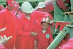 Первый президент Казахстана Нурсултан Назарбаев с семилетним Бериком Уапом на церемонии официального открытия проекта на месторождении Кашаган