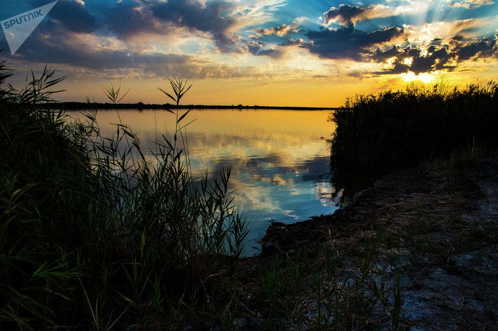 Алтын-Эмель раскинулся в долине реки Или. Считается, что название реки связано с монгольским словом илансу , что означает, мерцающая, сверкающая.