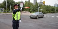 Полицей жол қозғалысын реттеп тұр