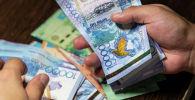 Деньги в руках, архивное фото