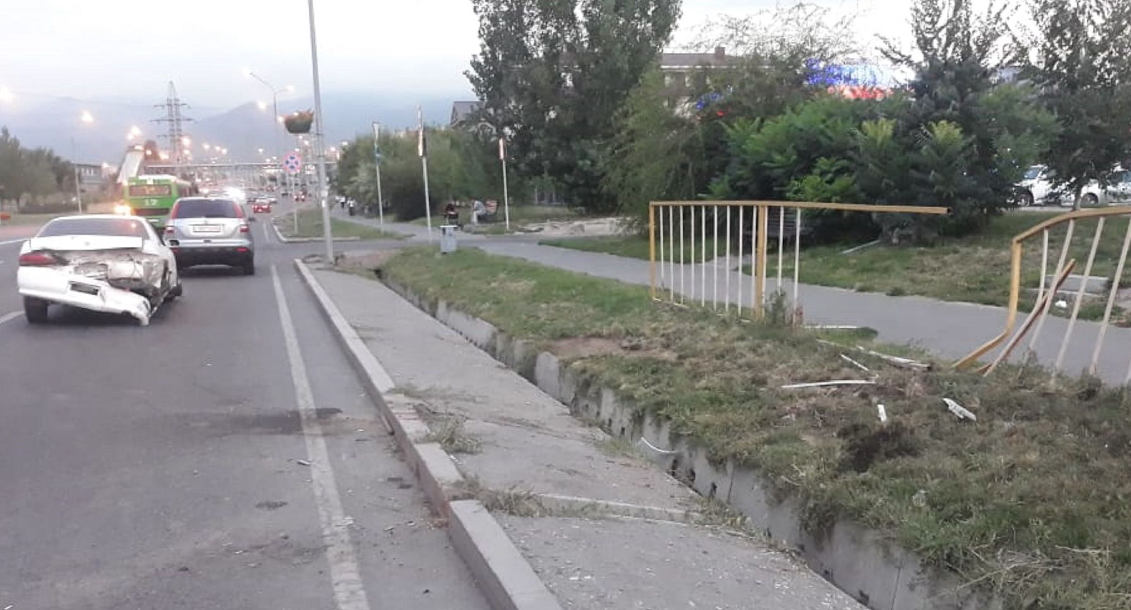 Автомобиль протаранил металлический забор и дорожный знак на улице Момышулы