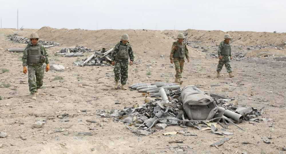 Работы военнослужащих по очистке территории склада в Арыси