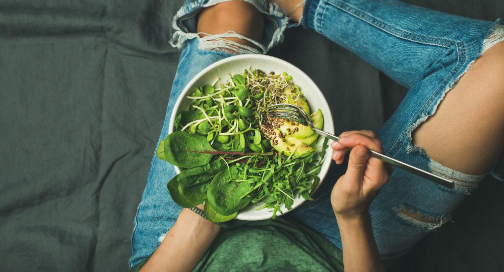 Девушка с зеленым салатом