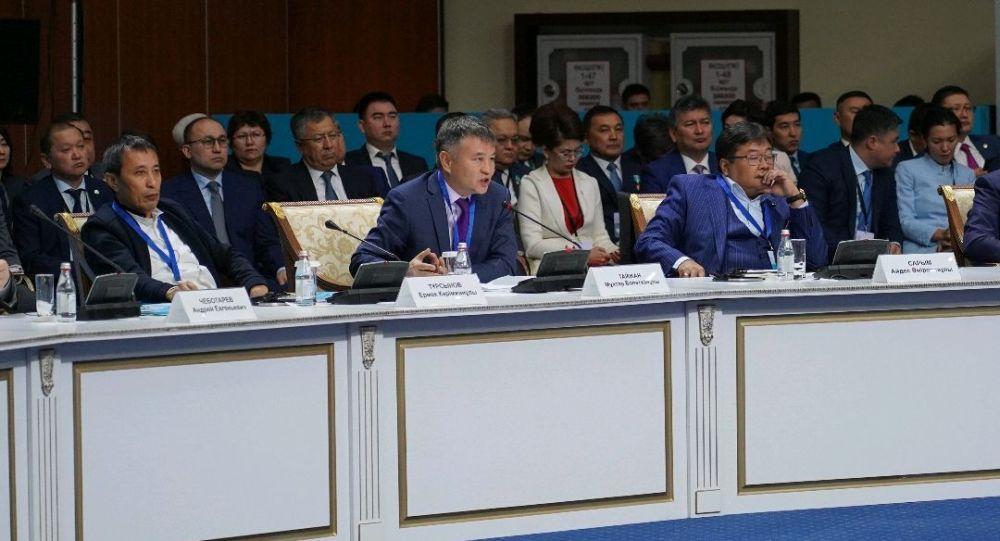 Член национального совета общественного доверия при президенте Мухтар Тайжан (в центре)