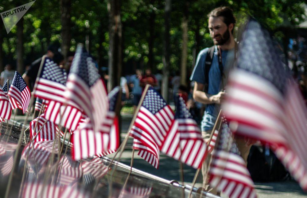 Флажки США на Национальном монументе 11 сентября в Нью-Йорке в День независимости
