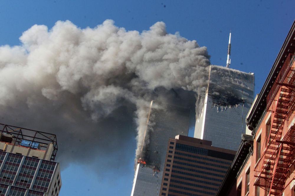 Дым из горящих башен-близнецов Всемирного торгового центра