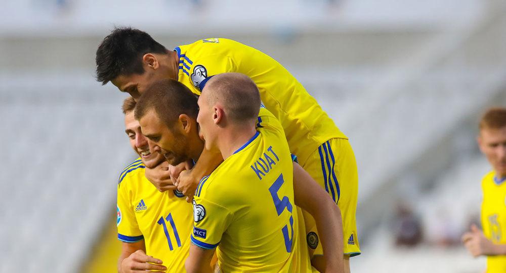 Игроки казахстанской сборной радуются забитому голу