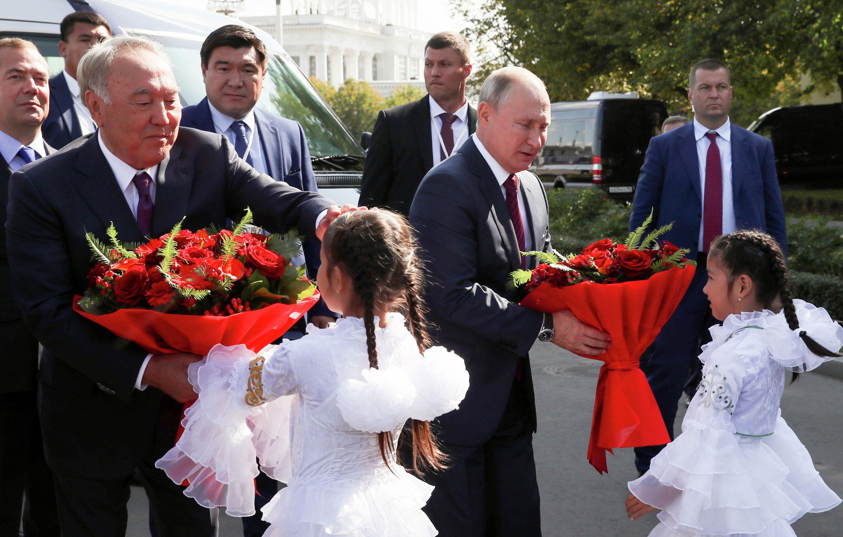 Встреча Н. Назарбаева и В. Путина возле обновленного казахстанского павильона на ВДНХ