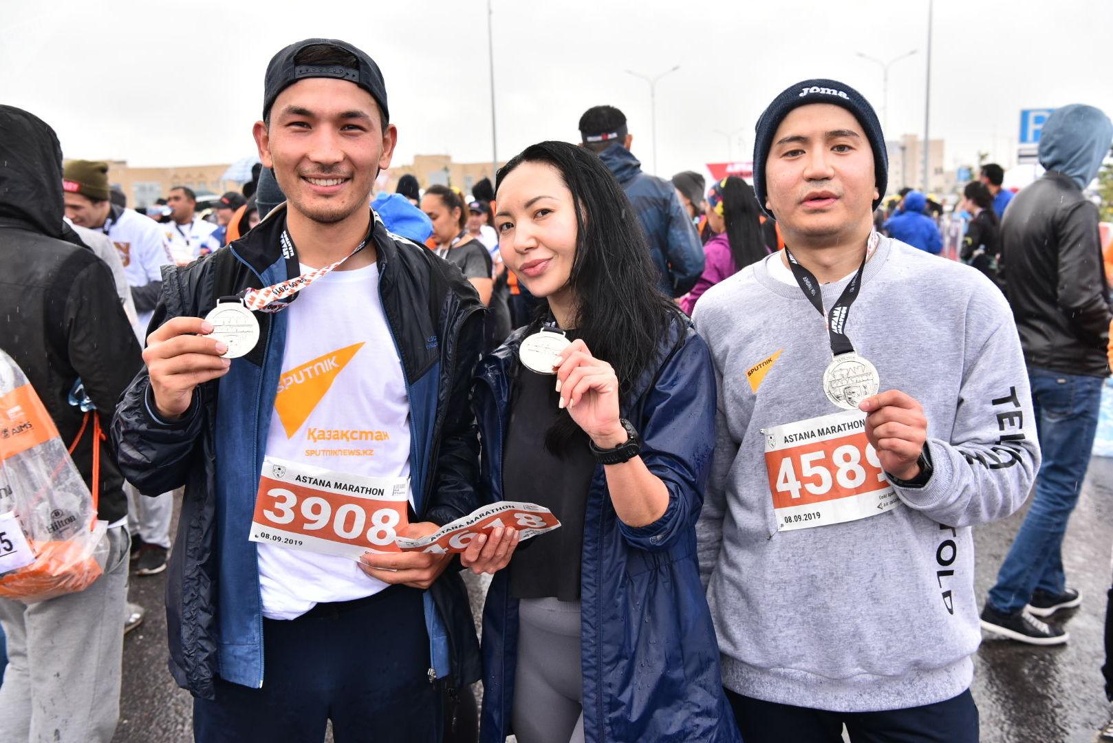 Сотрудники агентства Sputnik Казахстан Абзал Калиев, Юля Кузнецова и Даурен Ерболатов после преодоления марафона