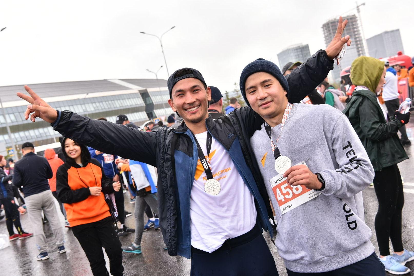 Сотрудники агентства Sputnik Казахстан Абзал Калиев и Даурен Ерболатов после преодоления марафона