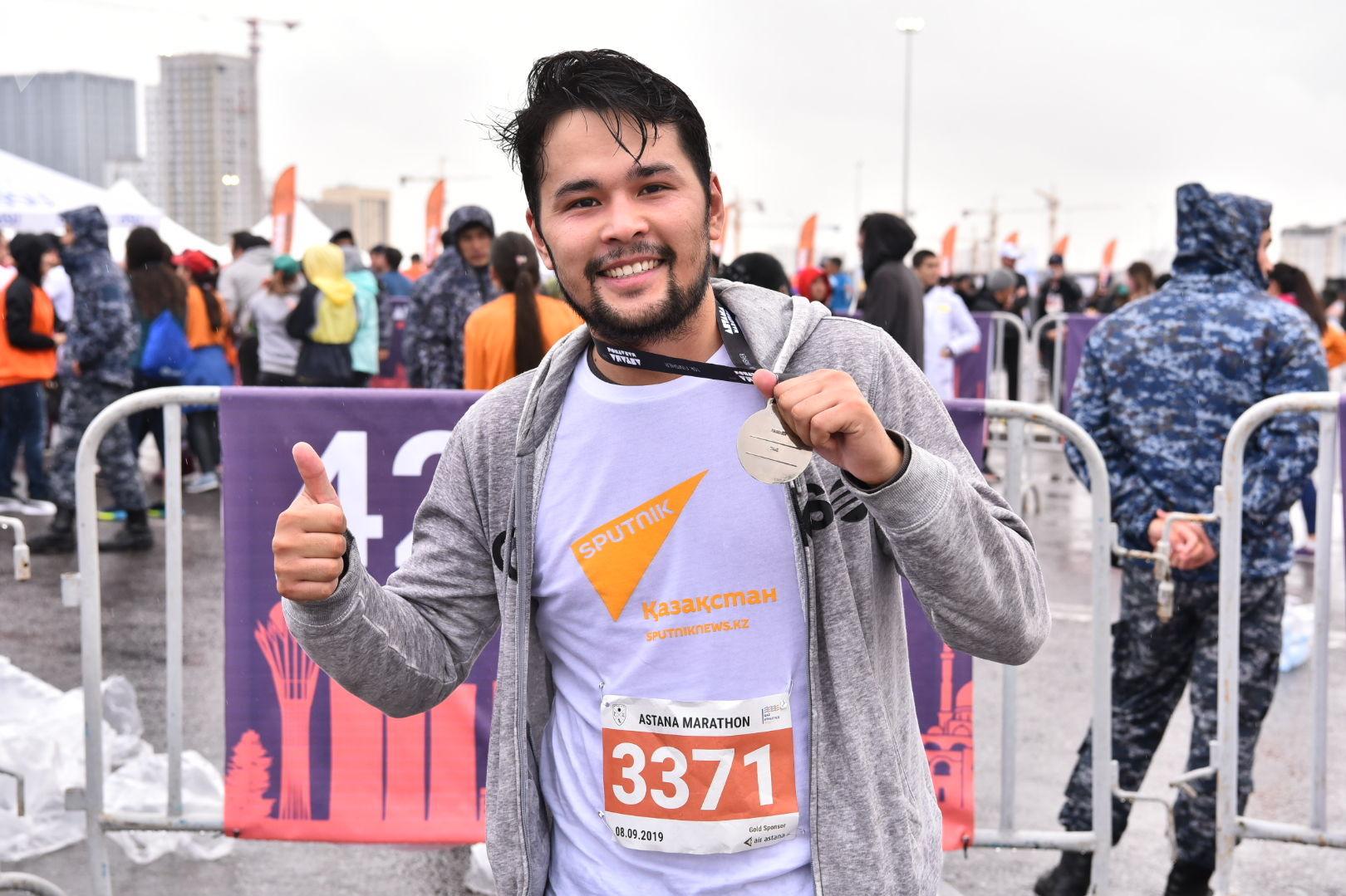 Сотрудники агентства Sputnik Казахстан после преодоления марафона