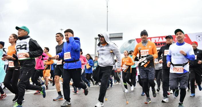 Участники забега не обращают внимания на ненастную погоду - все заряжены на преодоление дистанции