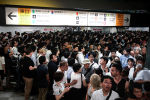 Пассажиры в ожидании движения поездов, приостановленной из-за тайфуна Факсай