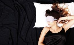 Спящая в маске девушка