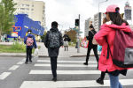 Школьники дети ребята пешеходная дорога светофор рюкзак девочки мальчики подростки