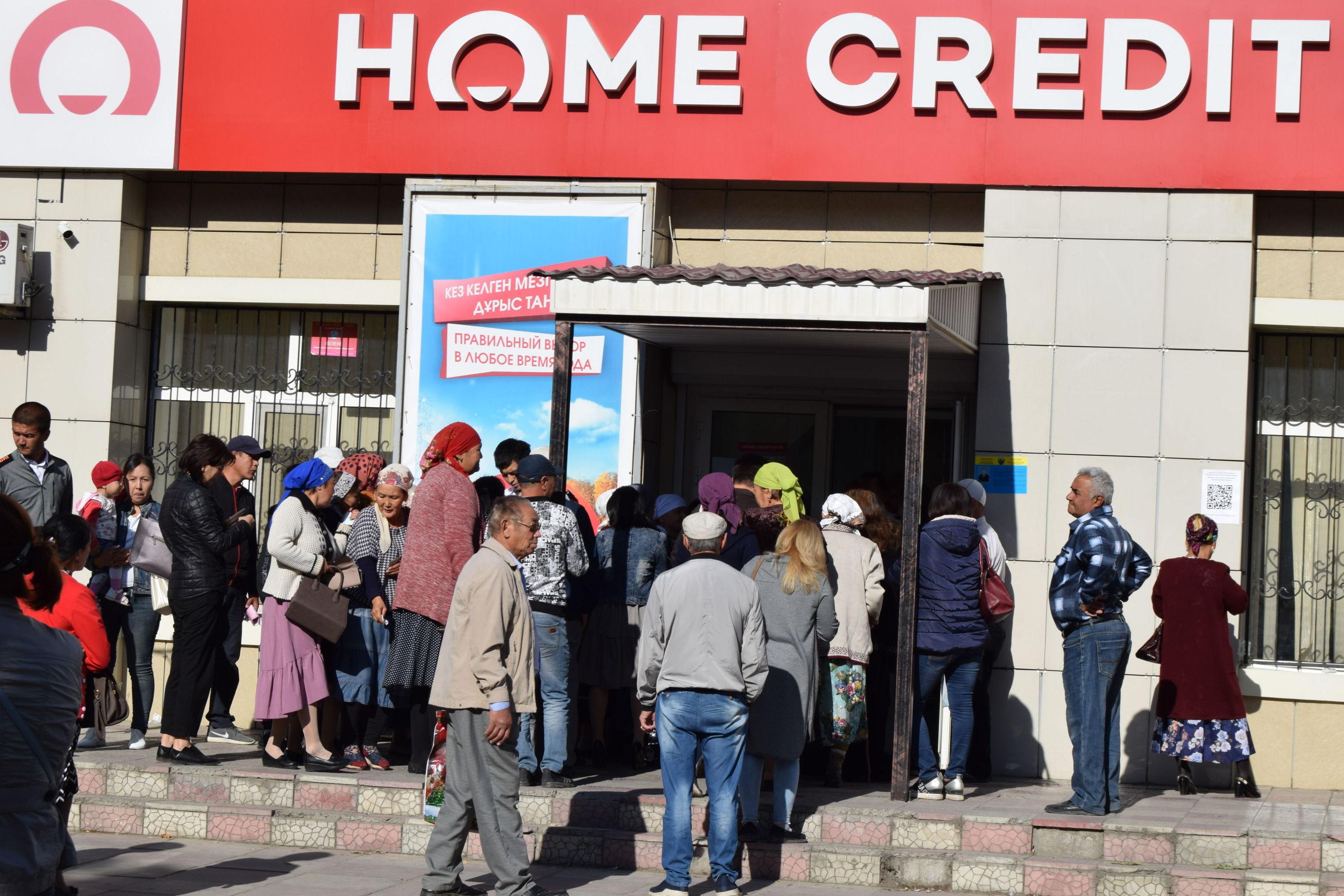 Указ о списании банковских долгов и пени породил огромные очереди у отделений банков