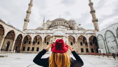 Девушка на фоне мечети в Стамбуле