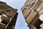 Массивные плиты парят над столицей: на левом берегу сносят долгострой