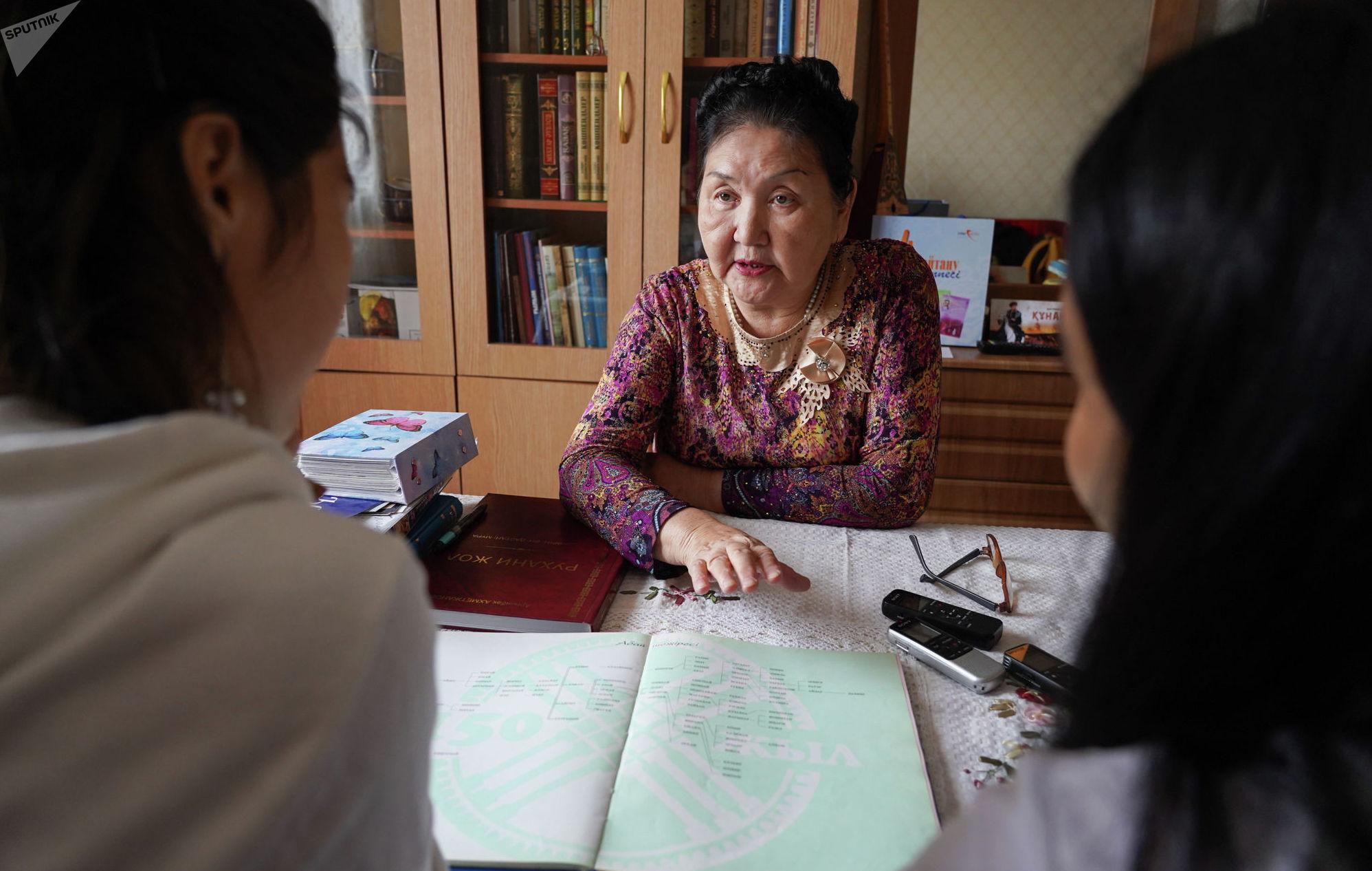 Ляйля Мухлискызы много лет проработала на ниве просвещения: окончив институт, она стала учителем русского языка в школе, затем преподавала в техникуме.