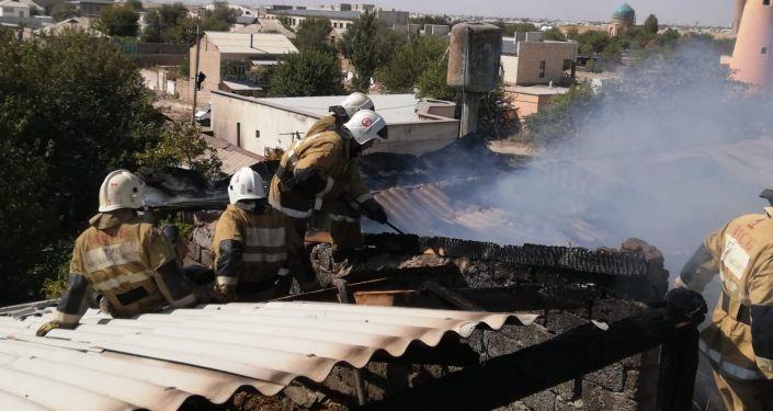 Крыша двухэтажной гостиницы Яссы загорелась в субботу утром, это привело к взрыву газового баллона