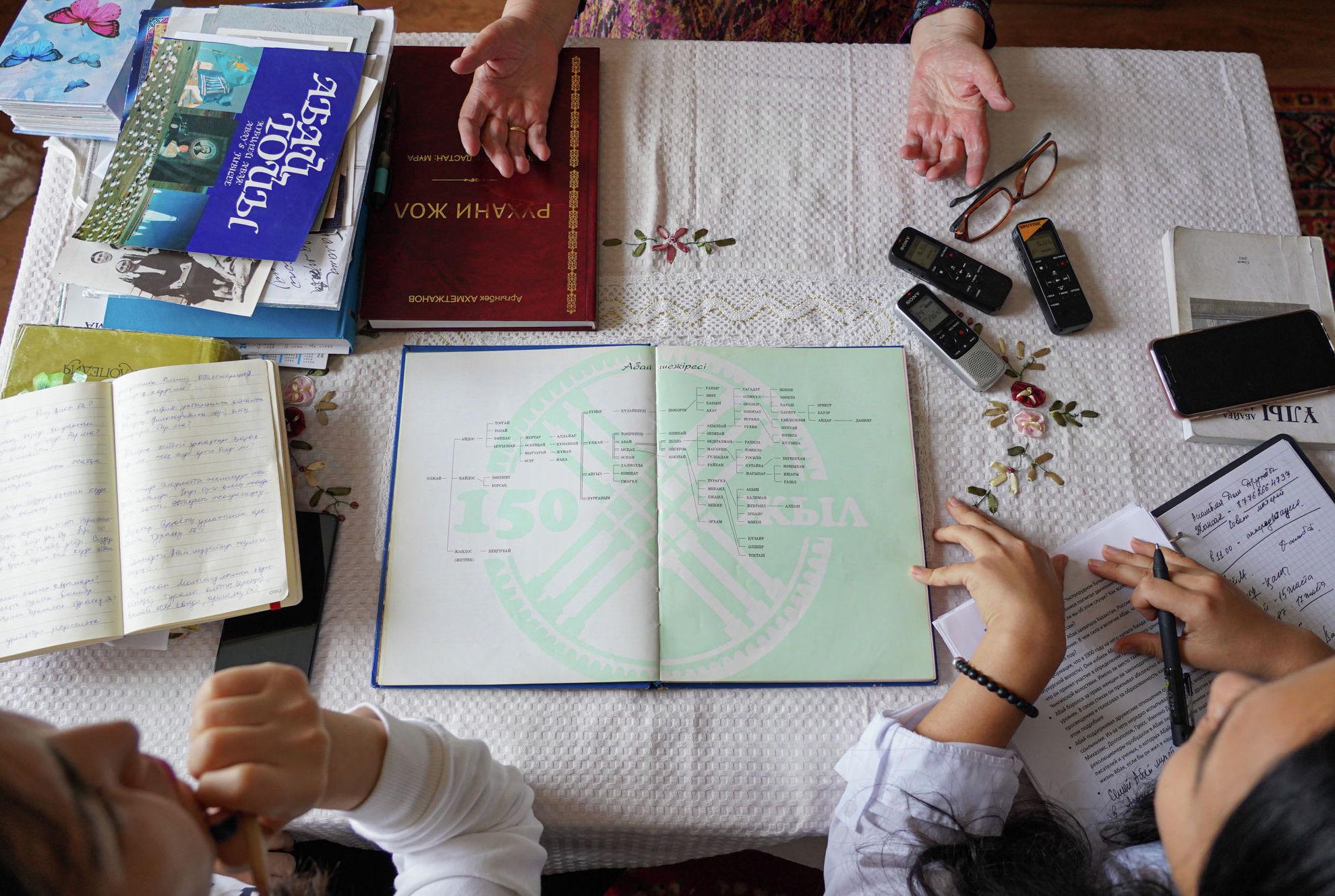 Сначала она показала шежире – генеалогическую родословную Абая Кунанбаева, которому приходится родственницей