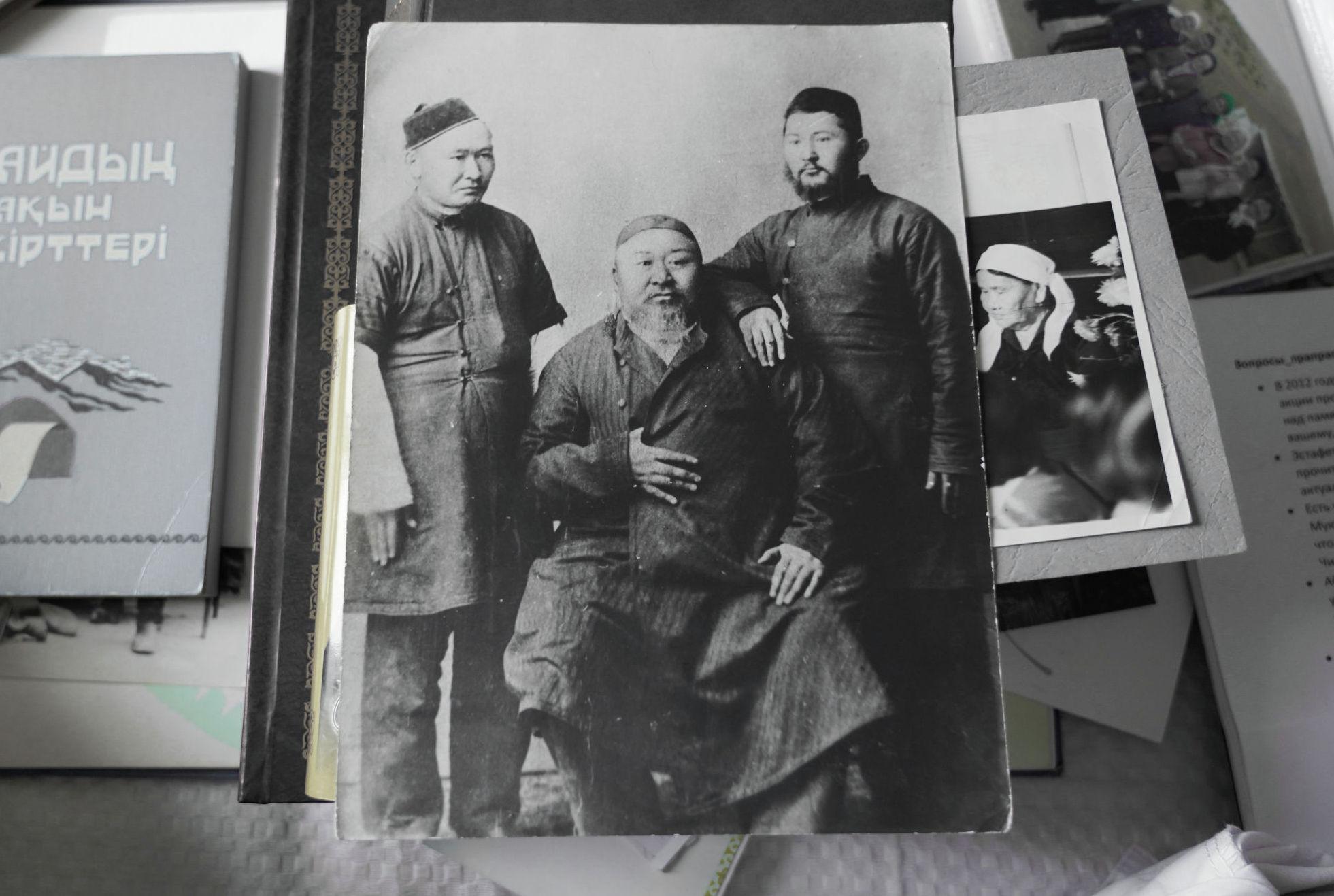 Абай (в центре) с сыновьями Акылбаем (слева) и Турагулом (справа)