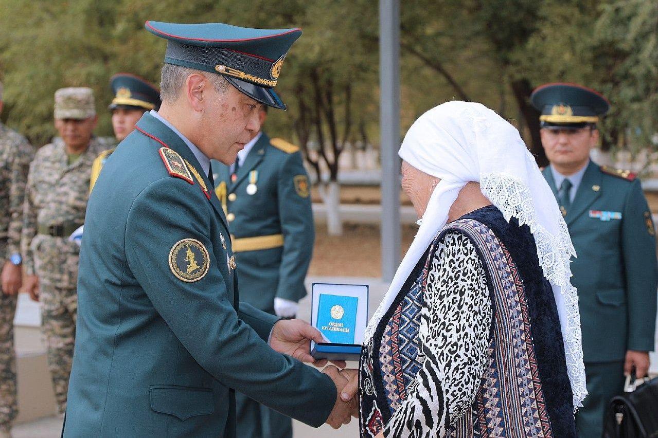 Министр обороны РК Нурлан Ермекбаев передал орден Айбын II степени родным старшего сержанта Бауыржана Алимбекова и сержанта Абдикула Ахметова