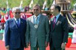 Поэт и общественно-политический деятель Олжас Сулейменов (в центре)