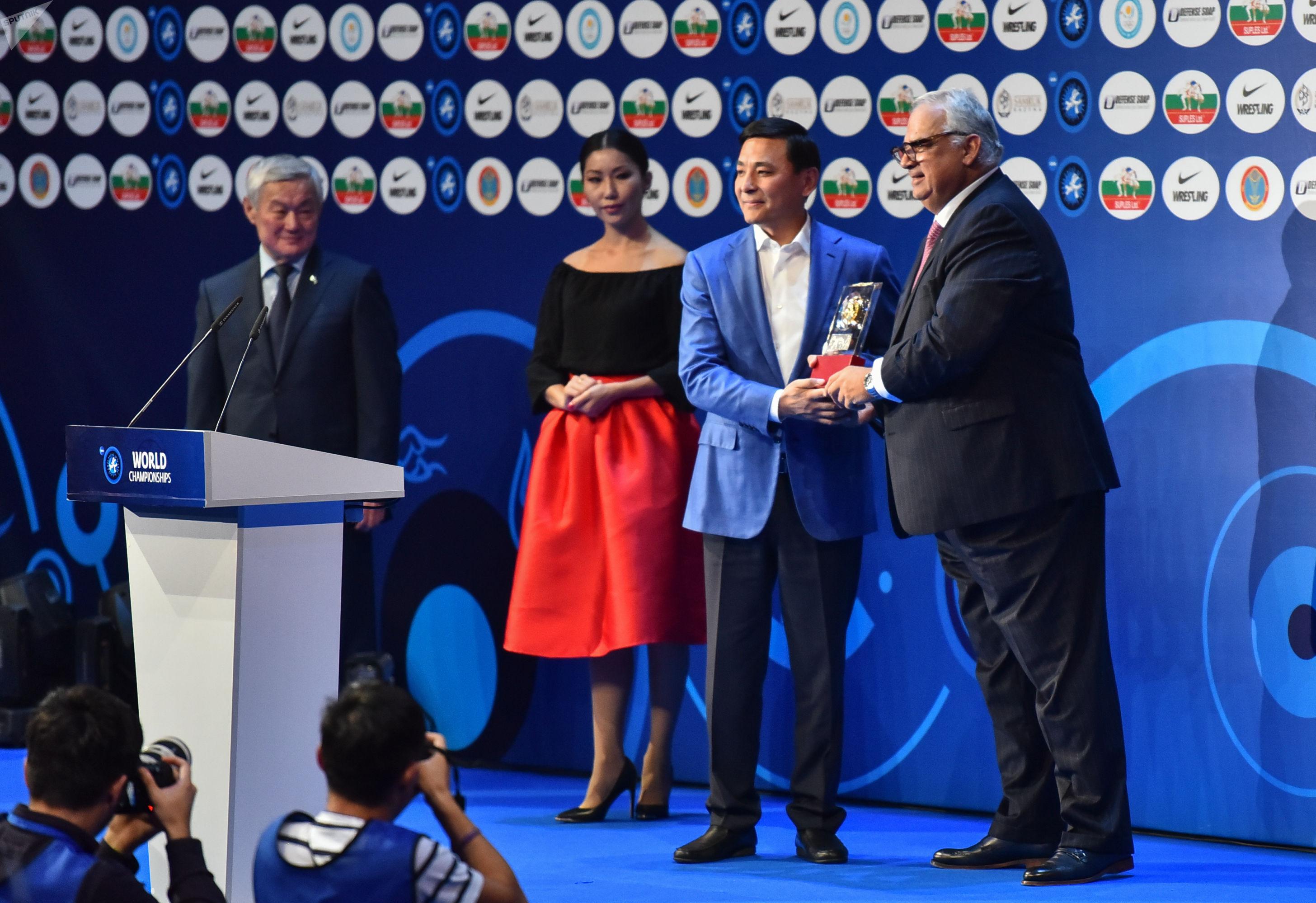 Заместитель премьер-министра Казахстана Бердибек Сапарбаев , аким столицы Алтай Кульгинов и  президент UWW Ненад Лалович (слева направо)
