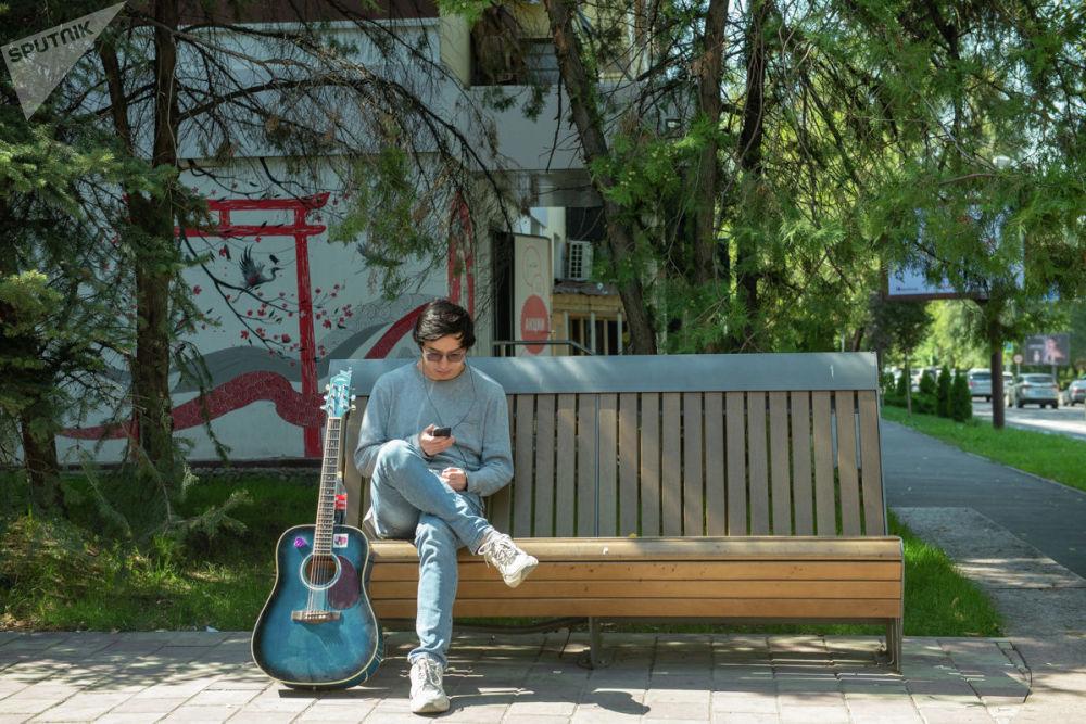 Молодой мужчина на скамейке