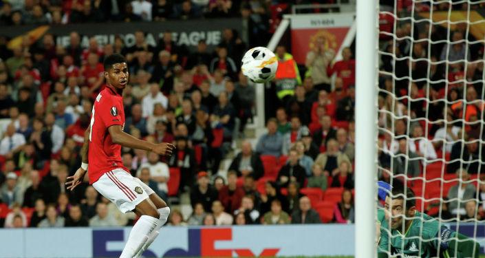 Маркус Рашфорд из Манчестер Юнайтед наблюдает за тем, как его удар отбил Ненад Эрич из Астаны