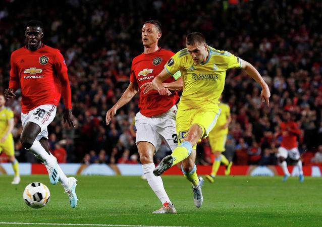 Роман Муртазаев бьет по воротам Манчестер Юнайтед