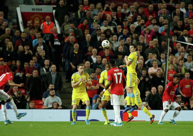Маркус Рашфорд из Манчестер Юнайтед бьет по воротам со штрафного удара