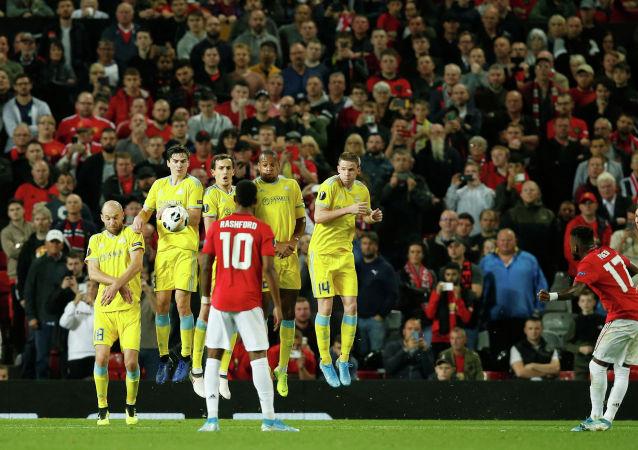 Фред Манчестер Юнайтед бьет по воротам со штрафного удара